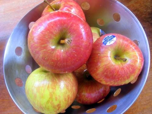 Resultado de imagem para lavar maçãs na pia