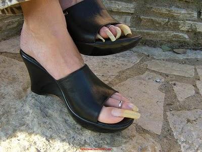 Resultado de imagem para unhas grandes nos pés