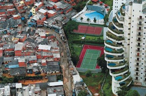 Resultado de imagem para casas de ricos com favelas em volta