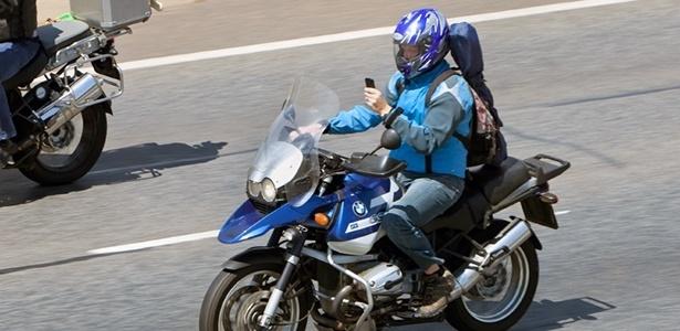 Resultado de imagem para de moto usando celular