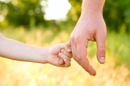 Resultado de imagem para mãos de adulto e criança